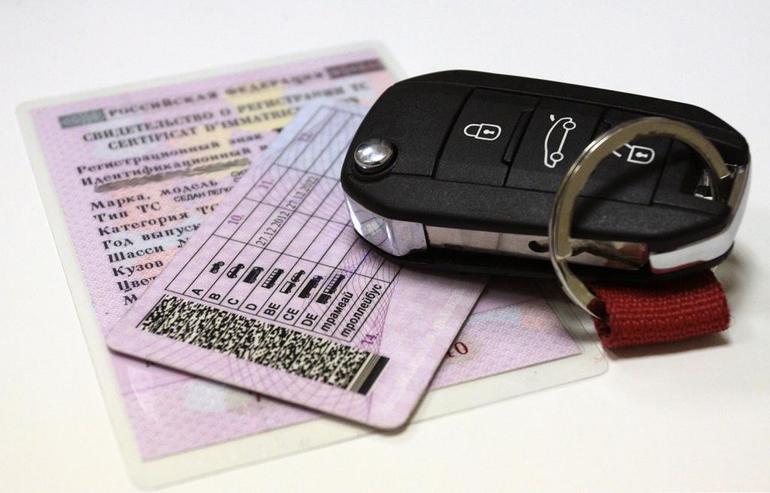 Наличие автомобильных прав и личного транспортного средства.